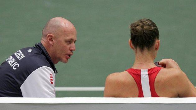 Nehrající kapitán českého týmu Petr Pála (vlevo) a Karolína Plíšková spolu hovoří při přestávce v úvodní dvouhře proti rumunské tenistce Mihaele Buzarnescuové.