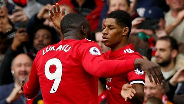 Romelu Lukaku z Manchesteru United gratuluje spoluhráči Marcusi Rashfordovi k jedné z jeho tref proti Liverpoolu.