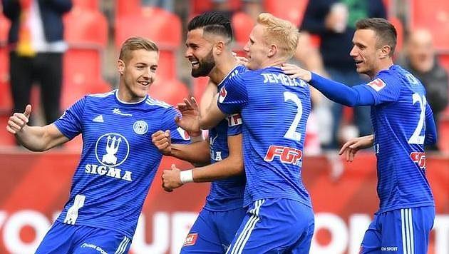 Hráči Olomouce slaví gól Jakuba Yunise na Slavii.