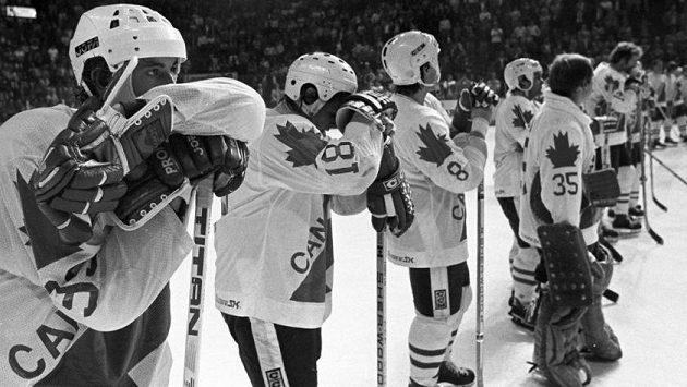 Zklamaní kanadští hokejisté po porážce od Sovětského svazu