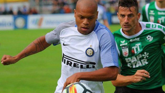 Francouzský záložník Jonathan Biabiany (vlevo) z Interu Milán má být novou posilou pražské Sparty.