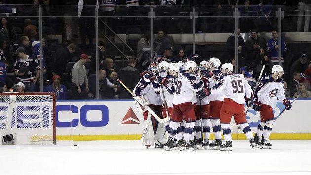 Hokejisté Columbusu slaví postup do play off.