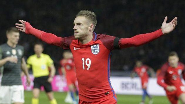 Anglický kanonýr Jamie Vardy se raduje z gólu. Jeho tým porazil v přípravě v Berlíně německé mistry světa 3:2.