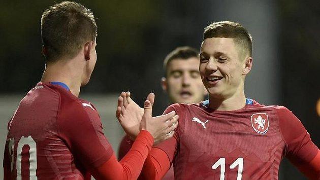 Zleva Adam Hložek a Ladislav Krejčíse radují z gólu.