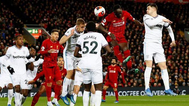 Záložník West Hamu Tomáš Souček (čtvrtý zprava) v hlavičkovém souboji s fotbalistou Liverpoolu Sadiem Maném.
