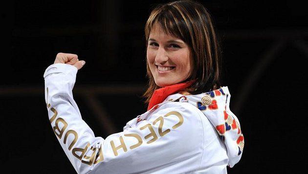 Akrobatická lyžařka Nikola Sudová v oficiálním oblečení pro ZOH v Soči.