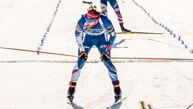 Michal Šlesingr v cíli závodu biatlonistů s hromadným startem.