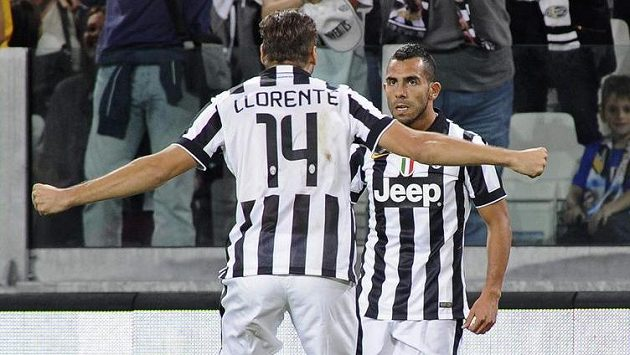 Carlos Tévez (vpravo) se raduje ze svého gólu do sítě Udine. Zády je jeho spoluhráč Fernando Llorente.