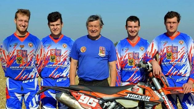 Český Trophy Team pro Šestidenní v Chile. Zleva: Patrik Markvart, Kryštof Kouble, manažer Jiří Pošík, Jaromír Romančík a Jiří Hádek.