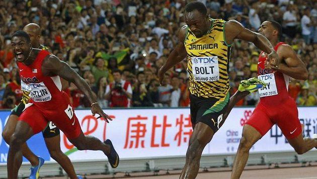 Usain Bolt poráží ve finále stovky na MS v Pekingu Justina Gatlina.