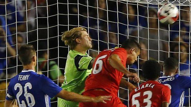 Brankář Loris Karius v akci během přípravného zápasu s Chelsea v Pasadeně.