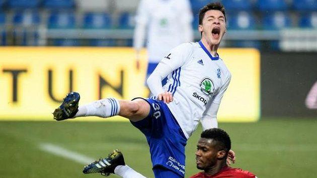 Dominik Janošek hrál ještě v úterý za Mladou Boleslav, na snímku v souboji s olomouckým Florentem Poulolem.