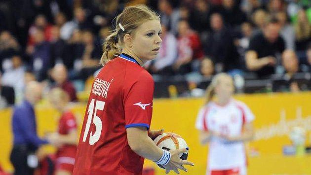 Česká házenkářka Michaela Hrbková při utkání s Polskem.