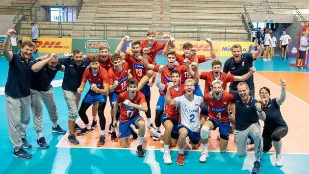 Čeští volejbalisté do 18 let vezou z mistrovství Evropy v Itálii stříbrné medaile.