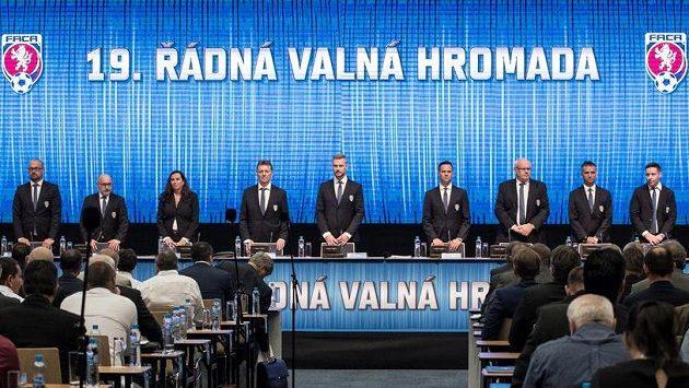 Členové výkonného výboru FAČR na začátku valné hromady.