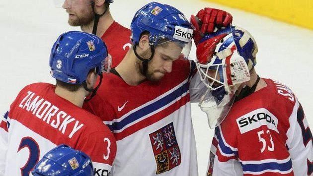 Petr Zámorský (zleva), Michal Jordán a brankář českého týmu Alexander Salák po prohraném semifinále.