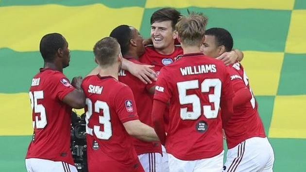 Harry Maguire (uprostřed) v prodloužení rozhodl o postupu Manchesteru United.