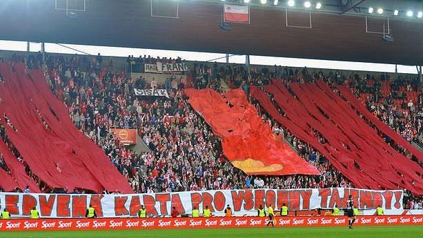 Fanoušci Slavie udělili majitelům klubu symbolickou červenou kartu.