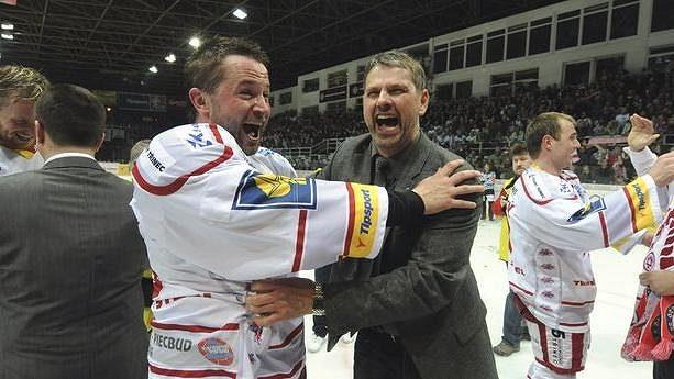 Radost hokejistů Třince z mistrovského titulu. Pavel Marek (vpravo) už šampióna s Oceláři nebude obhajovat.