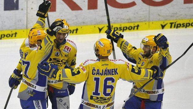 Střelec druhého gólu Ondřej Veselý (zleva) se raduje se zlínskými spoluhráči Oldřichem Kotvanem, Petrem Čajánkem a Antonínem Honejskem.
