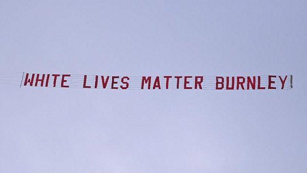 """Nad stadionem Manchesteru City během 30. kola Premier League proletělo letadlo s nápisem """"White Lives Matter Burnley"""". Akce vyvolala bouřlivou diskusi."""