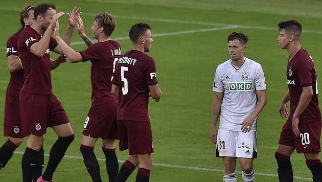 Hráči Sparty se radují z pátého gólu. Mezi nimi Lukáš Bartošák z Karviné.