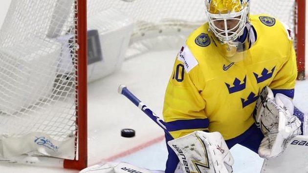 Švédský gólman Henrik Lundqvist inkasuje úvodní branku od Finů.