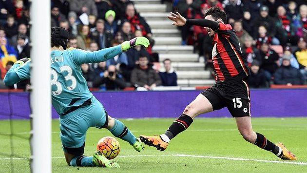 Petr Čech zasahuje proti Smithovi v utkání proti Bournemouthu.