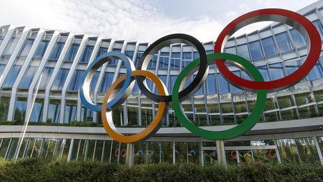 Mezinárodní olympijský výbor v pondělí vybere hostitele zimních her v roce 2026.