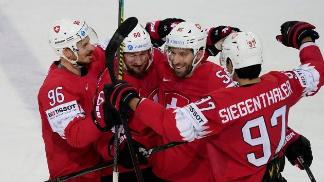 Švýcar Romain Loeffel se raduje se spoluhráči z trefy proti Velké Británii.