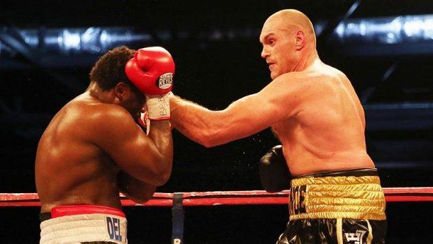 Britský dlouhán Tyson Fury (vpravo) zasahuje v boji o evropský titul v těžké váze krajana Derecka Chisoru.