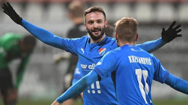Tomáš Zajíc z Baníku Ostrava se spoluhráčem Nemanjou Kuzmanovičem.