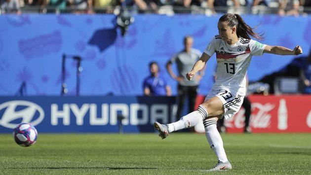 Německá fotbalistka Sara Däbritzová zahrává pokutový kop proti Nigérii v osmifinále MS.