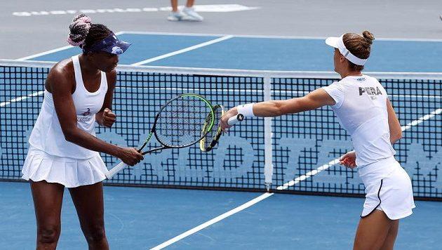 Venus Williamsová (vlevo) a Bernarda Peraová při jednom z exhibičních turnajů v USA.