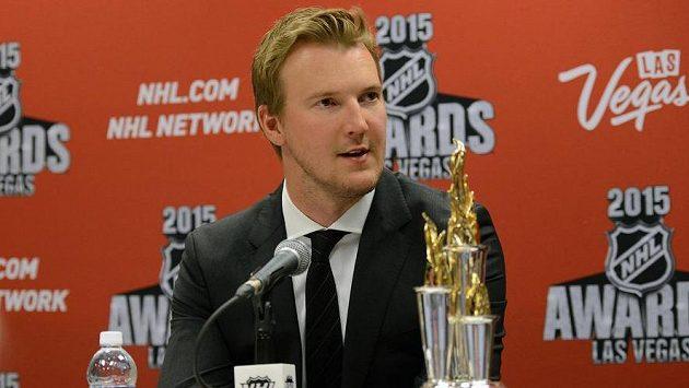 Devan Dubnyk poté, co obdržel Bill Masterton Memorial Trophy za vytrvalost, sportovní přístup a oddanost hokeji.