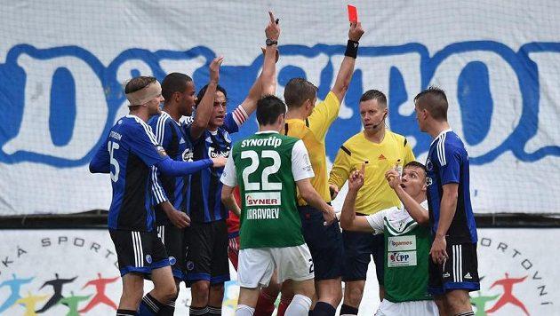 Hlavní rozhodčí Mattias Gestranius z Finska ukazuje červenou kartu jabloneckému útočníkovi Stanislavu Teclovi (druhý zprava).