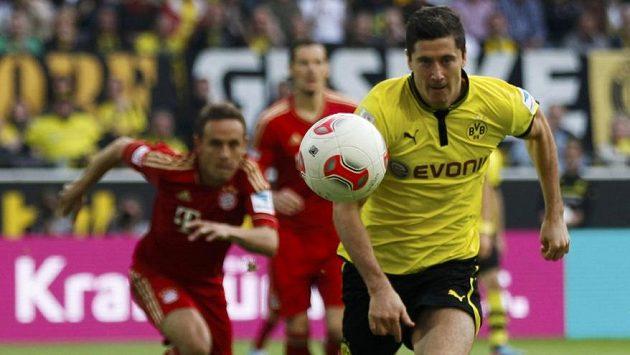 Robert Lewandowski (vpravo) z Dortmundu v utkání proti Bayernu Mnichov.