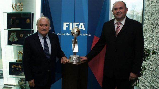 Předseda FIFA Joseph S. Blatter a předseda FAČR Miroslav Pelta při nedávném setkání před trofejí pro mistra světa ve futsalu.