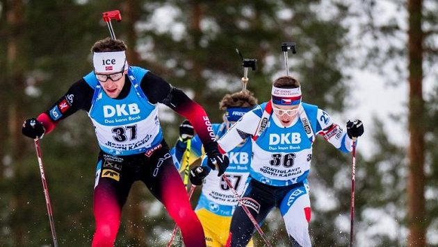 V popředí překvapivý vítěz celého závodu, Nor Sturla Holm Laegreid. Za ním český reprezentant Jakub Štvrtecký.