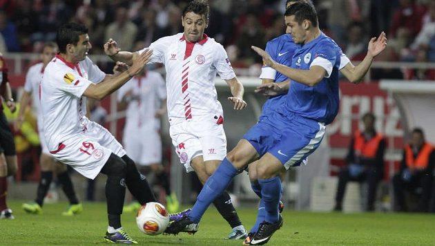 Hráči Sevilly Jose Antonio Reyes (vlevo) s Raúlem Ruseskem (uprostřed) bojují o míč s libereckým Renatem Keličem.