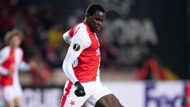 Michael Ngadeu v dresu Slavie při utkání s Chelsea. Odejde obránce nakonec do belgického Gentu?