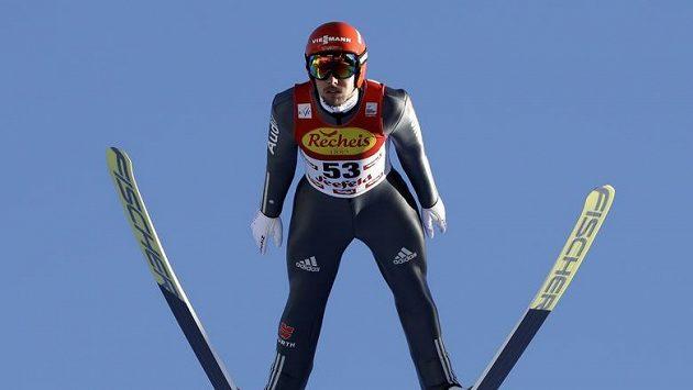 Johannes Rydzek z Německa při závodě v Seefeldu.