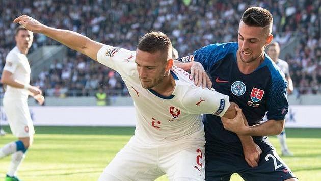 Český obránce Pavel Kadeřábek a Robert Mak ze Slovenska během utkání Ligy národů v Trnavě.