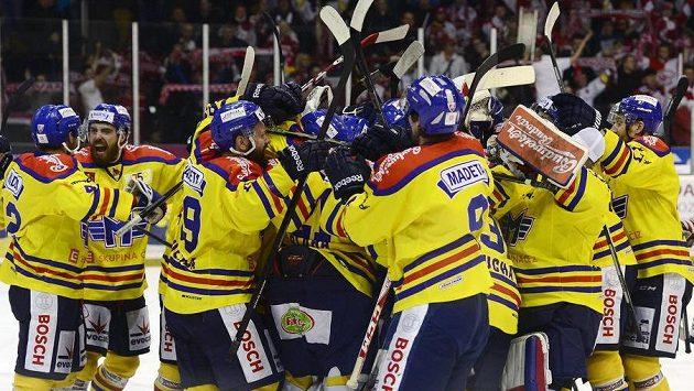 Hráči Českých Budějovic se radují z vítězství.