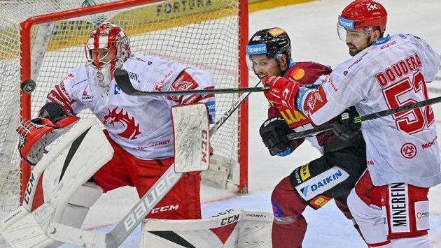 Zleva brankář Marek Mazanec z Třince, Erik Thorell ze Sparty a Milan Doudera z Třince.