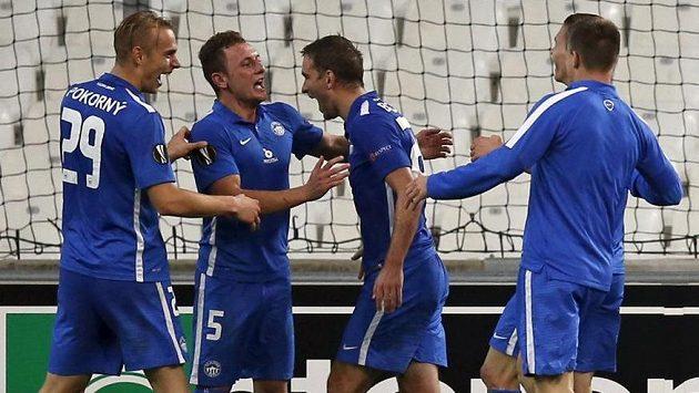 Vladimír Coufal (druhý zleva) se raduje se spoluhráči z Liberce z vítězné trefy proti Olympique Marseille.