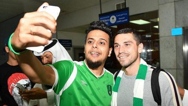 Nicolae Stanciu se fotí s fanoušky Al Ahlí na letišti.