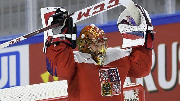 Český brankář David Rittich se raduje z vítězství. Postaví se mezi tři tyče i ve čtvrtfinále proti USA?