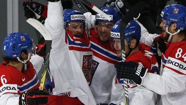 Radost českých hokejistů po vedoucím gólu Petra Vrány v utkání s Běloruskem - ilustrační foto.