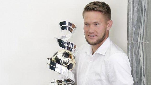 Tomáš Vaclík pózuje s vítěznou trofejí v anketě Zlatý míč České republiky.